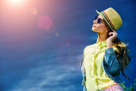 Schöne glücklich Mädchen tragen lässige Jeans Kleider genießt sonnigen Sommertag. Beauty, Mode erschossen.