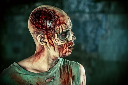 끔찍한 무서운 좀비 남자의 근접 초상화입니다. 공포. 할로윈.