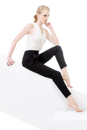 Modelo de mujer de moda posando en el estudio