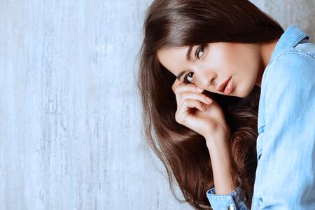 Close-up portrait d'une belle femme sensuelle en jeans vêtements Banque d'images - 45030986