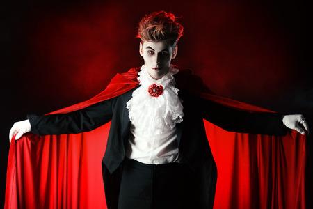 妖艶なハンサムな男性吸血鬼