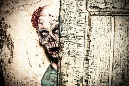 오래 된 집의 유적에 끔찍한 무서운 좀비 남자 스톡 콘텐츠