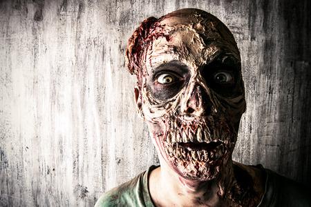 恐ろしい怖いゾンビ男のクローズ アップ肖像