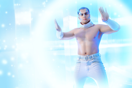 Technologien der Zukunft, der Mensch der Zukunft. Stattlicher muskulöser Mann mit futuristischen Make-up steht auf einem hellen Hintergrund transparent und berührt etwas virtuelle.