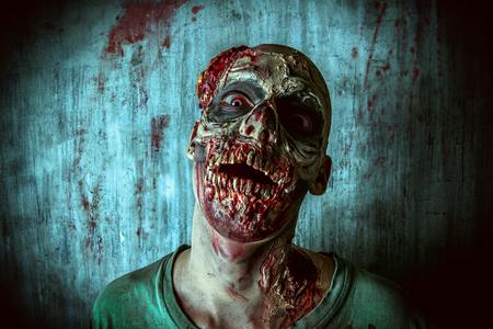 Close-up portret van een vreselijke enge zombie man. Horror. Halloween.