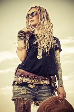空を背景に美しい自由奔放に生きるスタイルの女の子のファッション撮影。自由奔放に生きる、ヒッピー。