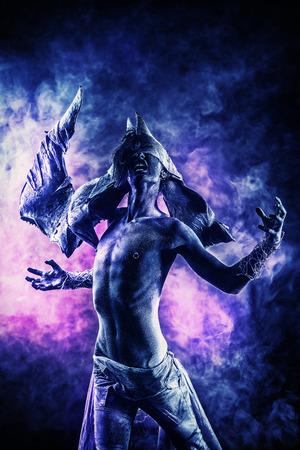Portret van een gehoornde duivel, het ervaren van de kwellingen van de hel. Halloween. Fantasie. Kunstproject.