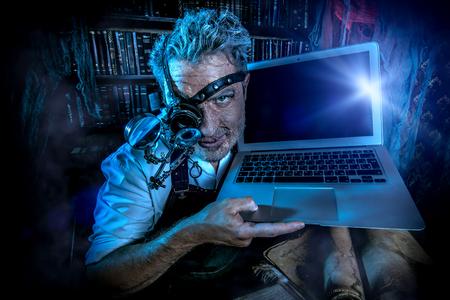 Vecchio scienziato che lavora nel suo laboratorio. Mixing epoche. Archivio Fotografico