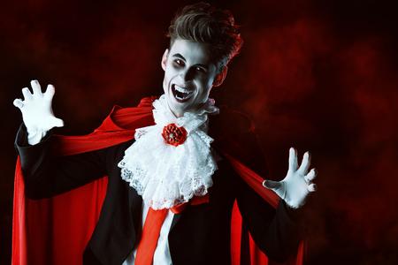 잘 생긴 피에 굶주린 뱀파이어. 할로윈. 드라큘라 의상.