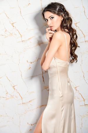 エレガントなイブニング ドレスの美しい若い女性。