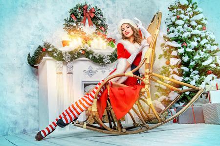 Sexy Christmas Girl verführerisch in einem Zimmer, schön dekoriert für Weihnachten. Standard-Bild - 48704334