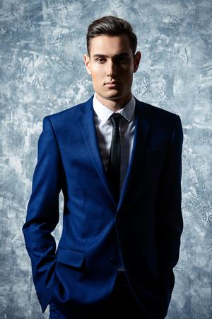 Vogue geschossen von einer schönen jungen Mann im eleganten klassischen Anzug. Herren Schönheit, Mode. Standard-Bild