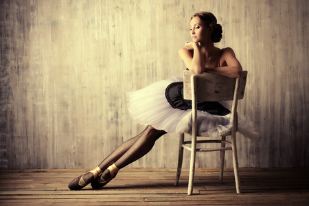 Professionele balletdanser rusten na de voorstelling. Art concept. Stockfoto