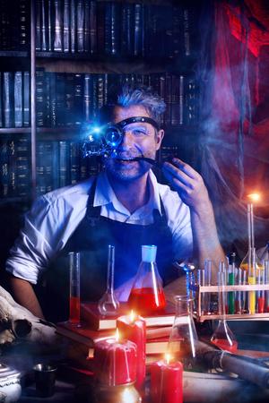 Portrait eines verrückten mittelalterlichen Wissenschaftler arbeiten in seinem Labor. Alchemist. Halloween. Standard-Bild