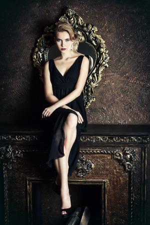 豪華なクラシックな内装の豪華な金髪の女性。美容、ファッション。
