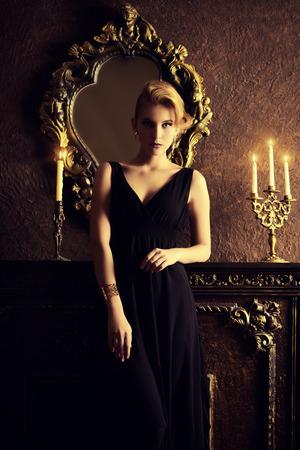 Magnifique jeune femme dans un intérieur luxueux classique. Beauté, mode.