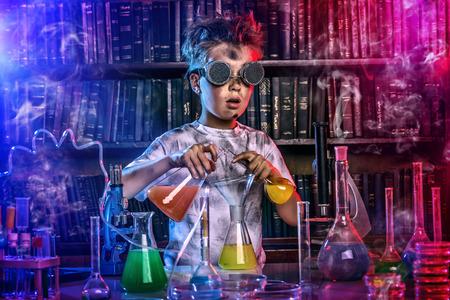 Chłopiec robi eksperymenty w laboratorium. Wybuch w laboratorium. Nauka i edukacja.
