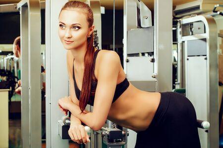 Close-up retrato de una bella mujer joven y sonriente en el gimnasio. Estilo de vida activo, el cuidado corporal.