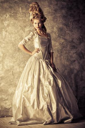 Fashion portrait d'une belle femme dans une robe médiévale de luxe et de haute coiffure dans un style vintage. Baroque et Renaissance style. robe historique, l'histoire des coiffures. Sépia. Banque d'images - 51543239