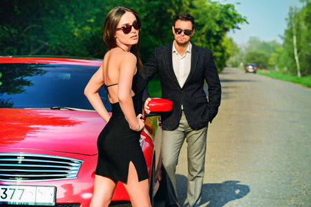 차 근처 매력적인 커플. 뷰티, 패션. 개념을 사랑 해요.
