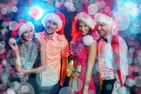 Enthousiaste jeunes célèbrent Noël ensemble. Vacances, célébration.