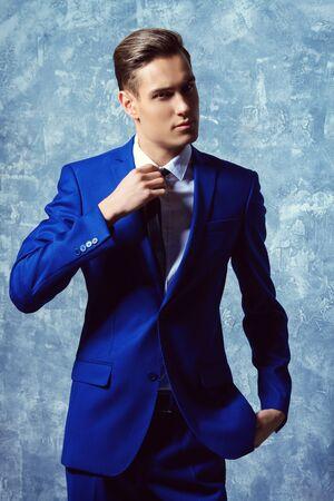 Vogue tiré d'un beau jeune homme dans l'élégant costume classique. La beauté des hommes, la mode.