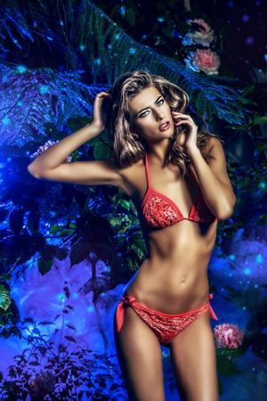 donna sessuale perfetta in bikini tra le piante tropicali. Bellezza, moda. Spa, assistenza sanitaria. Vacanze estive.