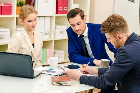 Zakelijke partners leidt de discussie in de vergadering.