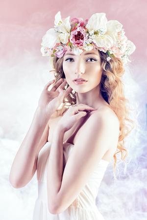 Sensuele blonde meisje met bloemen in haar haar. Model. Spring look. Stockfoto