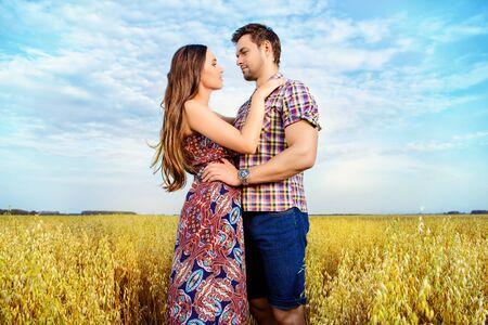 Gente joven feliz en el amor en el campo. Foto de archivo