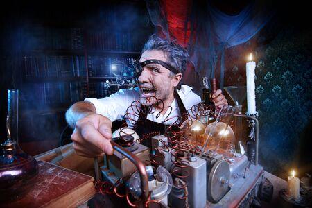 Portrait eines verrückten mittelalterlichen Wissenschaftler in seinem Labor.