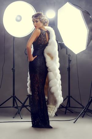 modèle de beauté Superbe posant au studio à éclats lumineux. mannequin professionnel. Célébrité. Pleine longueur portrait.