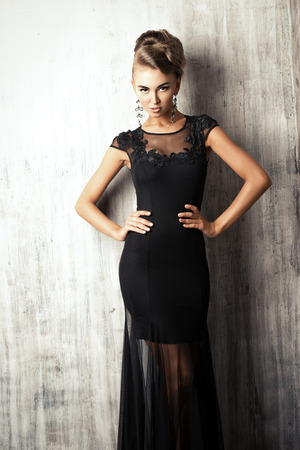 Impresionante modelo de mujer en traje de noche negro. Disparo de moda. Foto de archivo