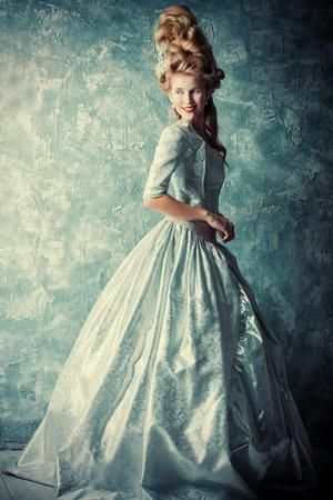 고급스러운 중세 드레스와 빈티지 스타일의 높은 머리에서 아름 다운 여자의 패션 초상화. 바로크 스타일과 르네상스 스타일. 역사적인 드레스, 헤어  스톡 콘텐츠
