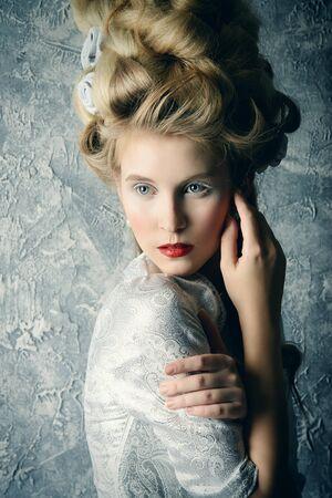 ファッションの豪華な中世ドレスとビンテージ スタイルの高い髪型で美しい女性の肖像画。バロック、ルネッサンス スタイル。歴史的なドレス、髪型の歴史。 写真素材 - 54824133