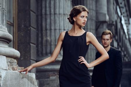 도시 배경 위에 아름 다운 부부의 패션 스타일 사진.