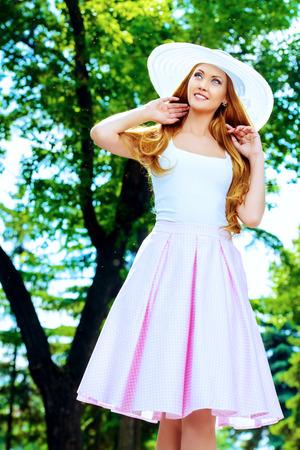 Gelukkig mooie jonge vrouw in lichte zomerkleren zonnige zomerdag genieten.