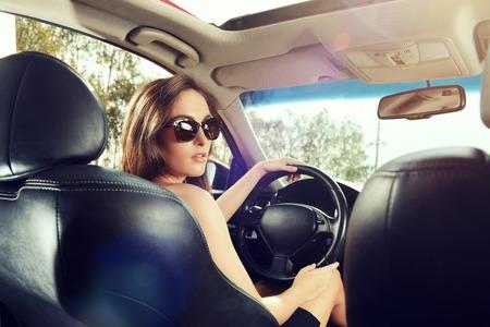 Schöne junge Frau mit ihrem Auto. Schönheit, Mode. Luxuriöses Leben.