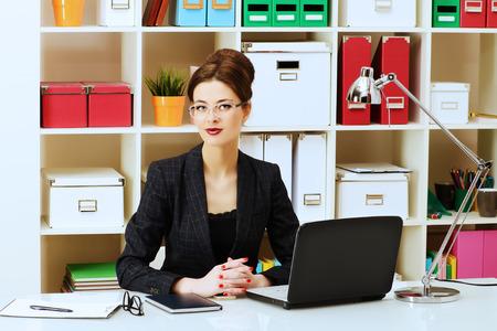 Geschaftsfrau Im Buro Arbeiten Geschaftliche Ausbildung