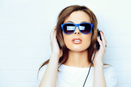 Moderne jeune femme jouit de la musique sur le casque. style de la jeunesse, les loisirs.