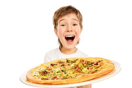 Een jongen is blij om pizza te eten. Fast food. Italiaans eten. Geïsoleerd dan wit. Stockfoto