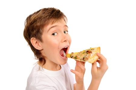 男の子がピザを食べに満足しています。ファーストフード。イタリア料理。白で隔離されました。