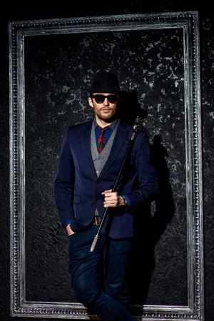 Retrato de un modelo masculino de moda el uso de traje elegante. estudio de disparo.