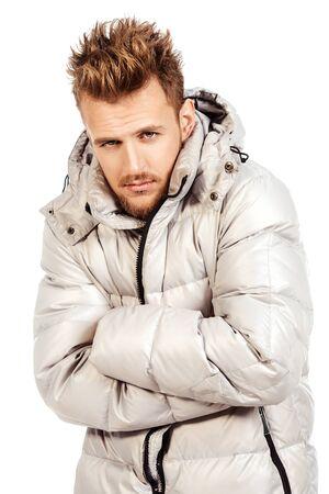 Giovane in una giacca invernale, è freddo. Isolato over white.