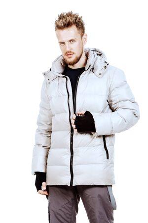 El hombre joven en una chaqueta de invierno. Aislado en blanco.
