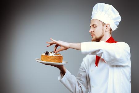 Portret van een mannelijke banketbakker koken van een heerlijke taart. Stockfoto