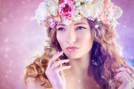 Sensual fille blonde avec des fleurs dans ses cheveux. Mannequin. look printemps.