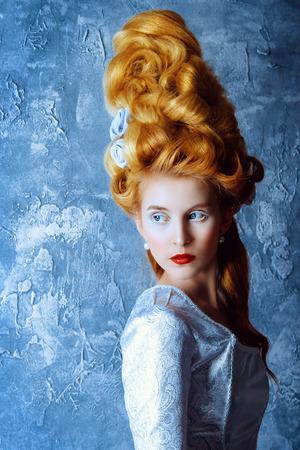 Retrato de la manera de una mujer hermosa en un vestido medieval de lujo y alto peinado en estilo de la vendimia. estilo barroco y renacentista. alineada histórica, historia peinados. Foto de archivo