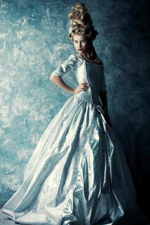 Fashion portrait d'une belle femme dans une robe médiévale de luxe et de haute coiffure dans un style vintage. Baroque et Renaissance style. robe historique, l'histoire des coiffures. Pleine longueur portrait. Banque d'images - 57252206