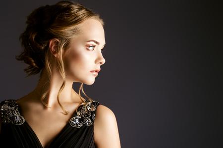 저녁 메이크업과 헤어 스타일을 가진 아름 다운 여자의 프로필 초상화. 뷰티, 패션. 스튜디오 촬영. 스톡 콘텐츠